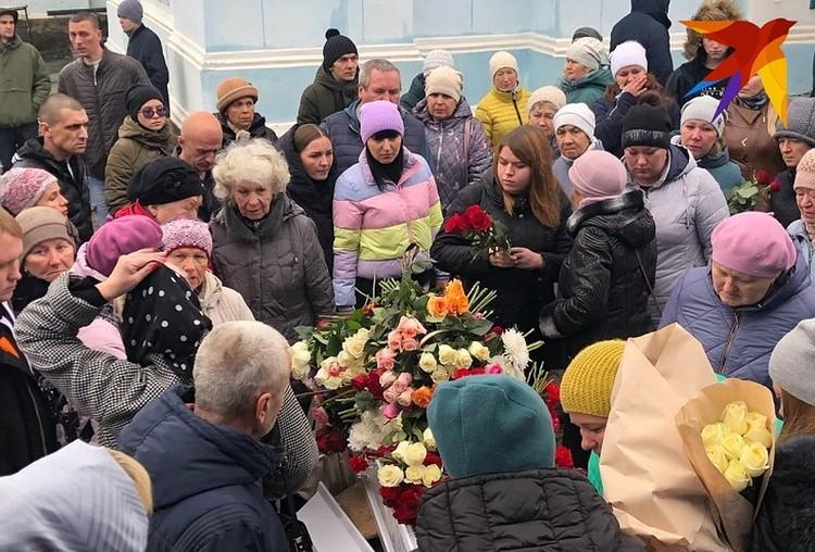 Сотни человек пришли проститься с убитой
