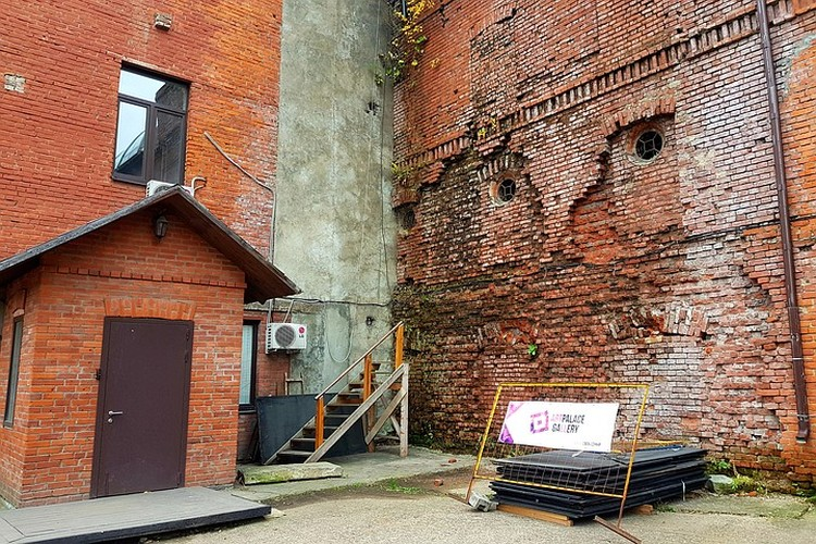 Часть зданий не эксплуатируются, там сгнили перекрытия, кирпичи вываливаются и растут кустарники.