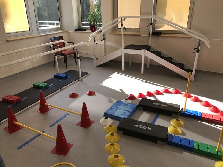 """На """"полосе препятствий"""" в парижской клинике реабилитации пожилые пациенты заново учатся ходить после операций и травм"""