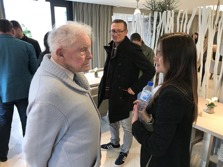 Один из постояльцев дома престарелых 96-летний Дени Бретон был рад пообщаться с гостями из Москвы.