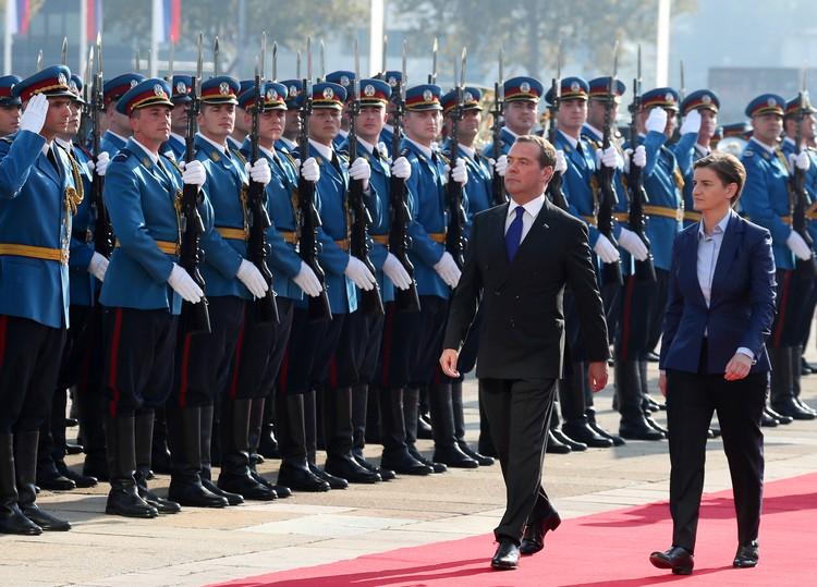 Визит начался с посещения парада сербских вооруженных сил