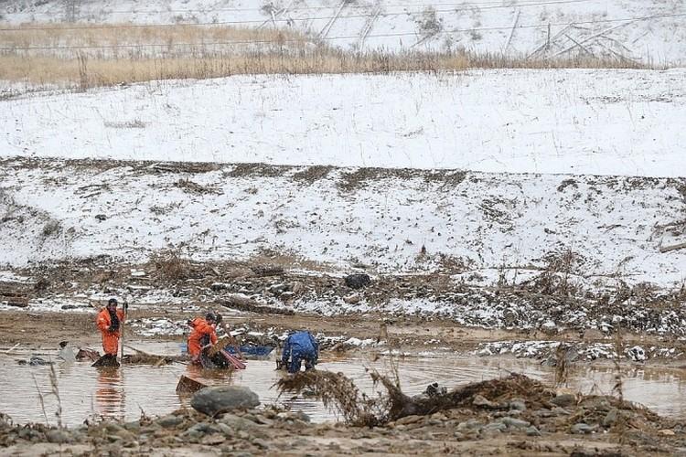Спасатели работают на месте трагедии. ФОТО: ГУ МЧС России по Красноярскому краю.