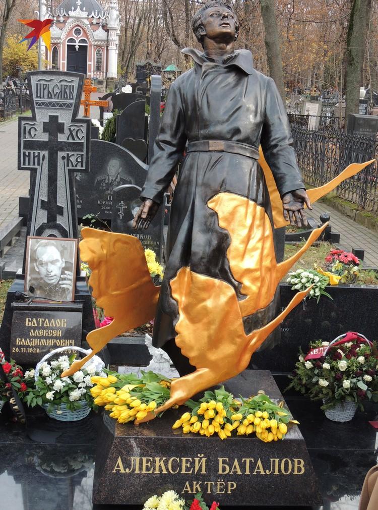 Памятник Алексею Баталову по проекту скульптора Александра Ноздрина изготовила архитектурная студия «Монарх».