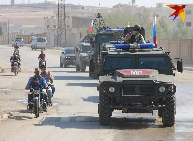 Колонна из «Тигров» и «Тайфунов» медленно проехала через Кобани, сопровождаемая кавалькадой мотоциклистов