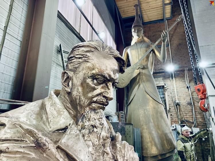 В мастерских много интересных скульптур.