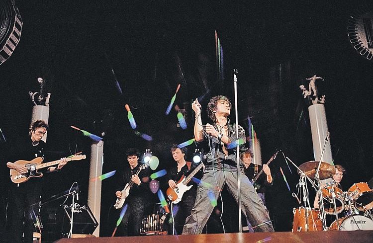 Всем хотелось бы видеть Цоя на сцене. Но музыкант разбился в ДТП, и теперь только на сохранившихся записях можно увидеть его выступления. Фото: Архив/ТАСС