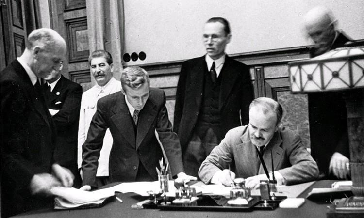 Август 1939 года, подписание документов пакта Молотова - Риббентропа в Москве.