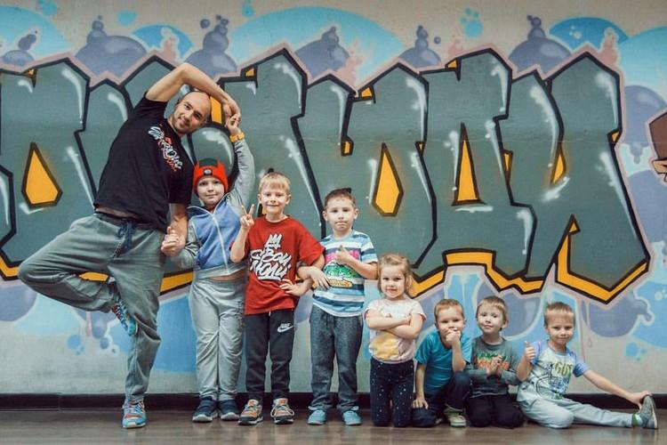 """Один из основателей команды и школы Алексей Щечкин с учениками Фото: Школа танцев """"Свои Люди"""""""