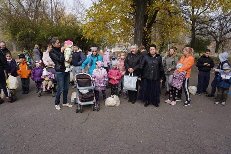 Елена Романенко с жителями поселка шахты Гагарина.