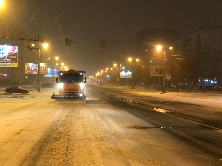 Улицы начали чистить в шесть утра, когда снега была уже полно. Фото: Е-область.