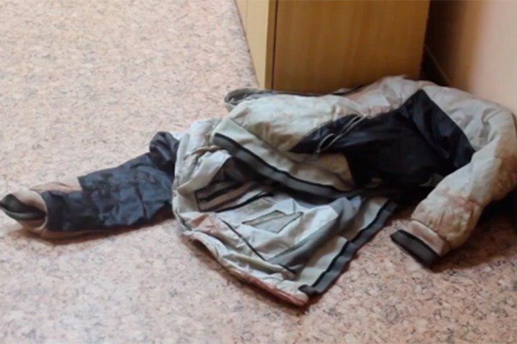 Вся куртка мужчины в крови Фото: СКР