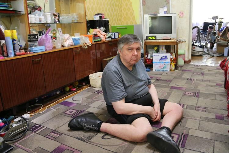 По дому мужчина вынужден передвигаться на коленях