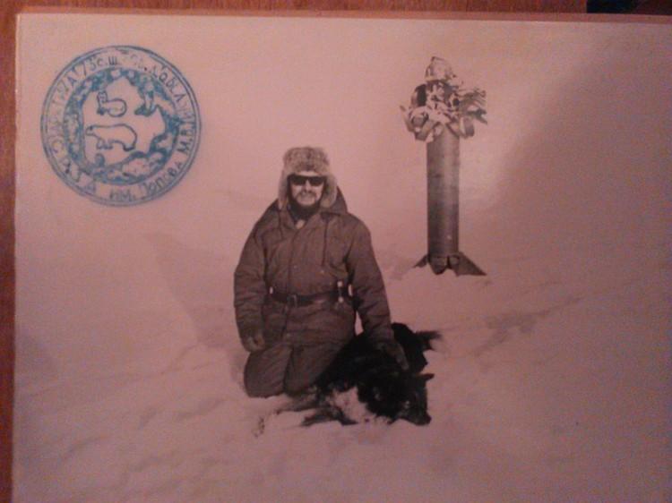 Табрис Шарафиев на фоне останков метеоракеты на острове Белый в Карском море. Фото из личного архива