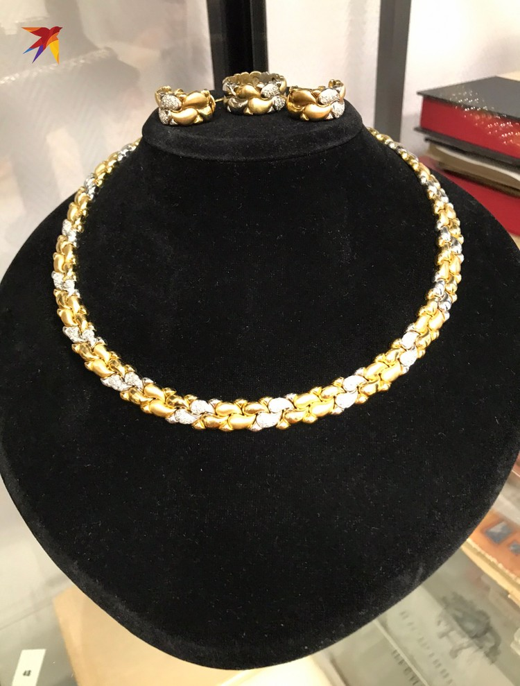 Золотой гарнитур с природными бриллиантами из колье, серег и кольца.