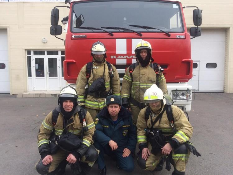 Сотрудники 10-ой пожарно-спасательной части. Фото:пресс-служба ГУ МЧС по Ростовской области