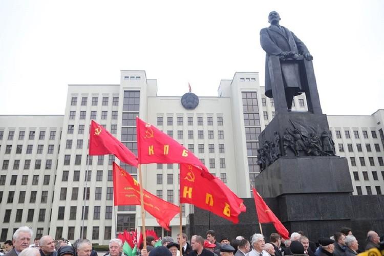 Люди с флагами заполнили площадь