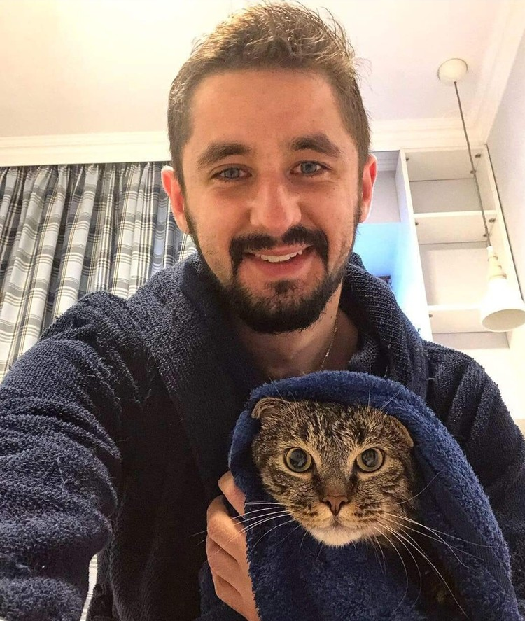 Кот Виктор всегда сопровождает Михаила в командировках.
