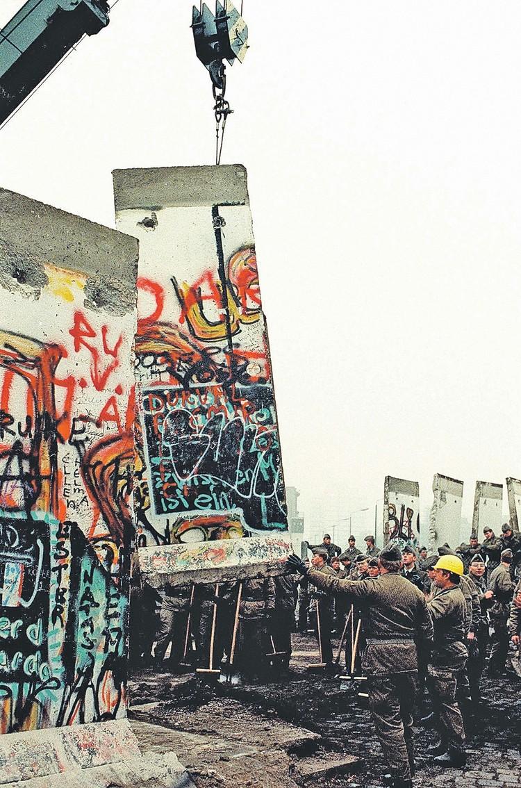 Падение 9 ноября разделяющей Берлин стены ознаменовало конец социалистического эксперимента в Германии.