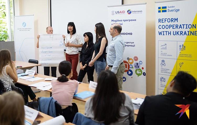 После работы в командах каждая группа должна была представить своих участников и рассказать, почему выбрали Школу, организованную Центром демократии и верховенства права