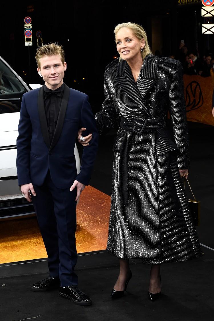 Шэрон вышла из лимузина в элегантном блестящем пальто.