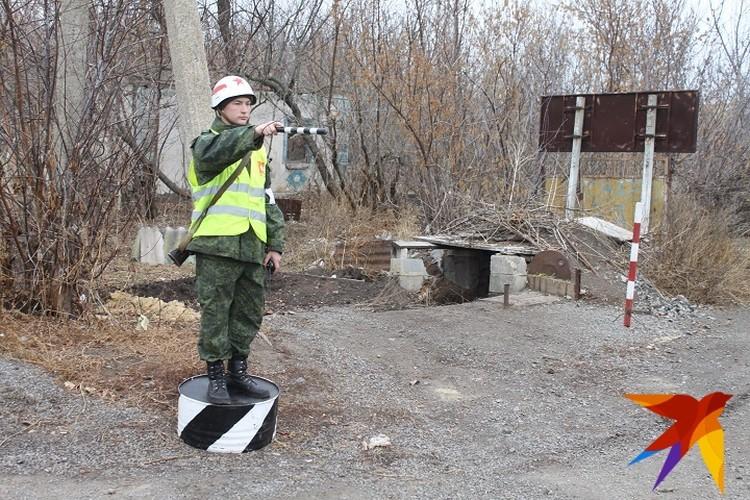 Регулировщик на въезде в Петровское
