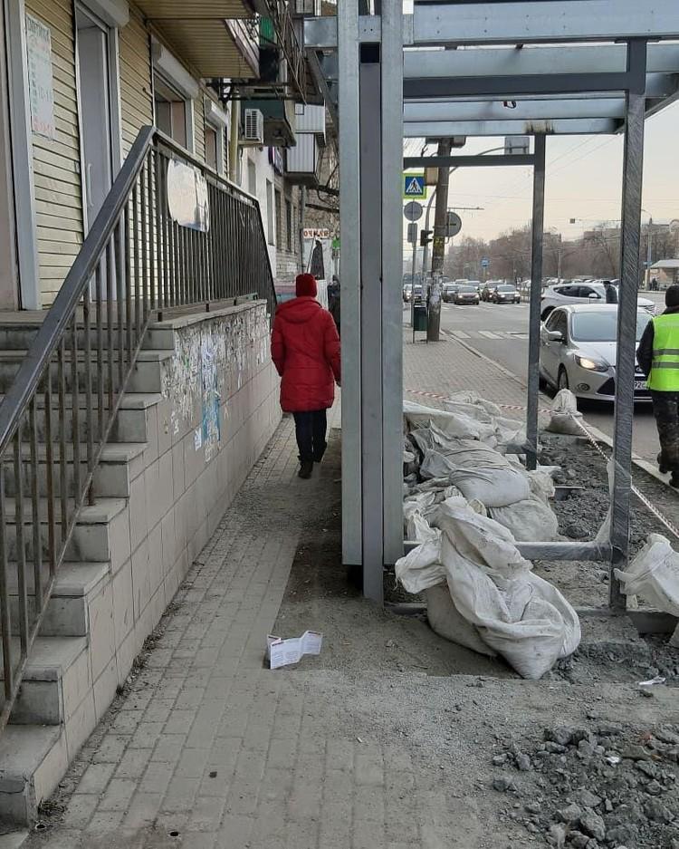 Остановка на ул. Гагарина установлена так, что пройти мимо можно только, протиснувшись в проем. Фото: СОЦСЕТИ