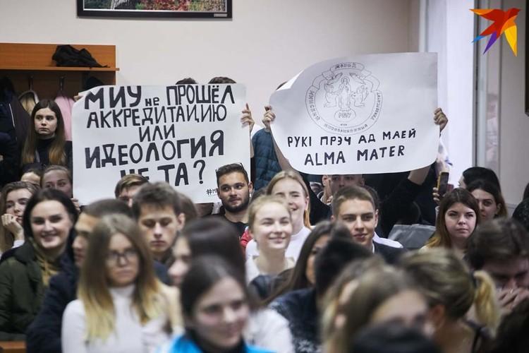 Некоторые студенты рисовали плакаты несколько часов