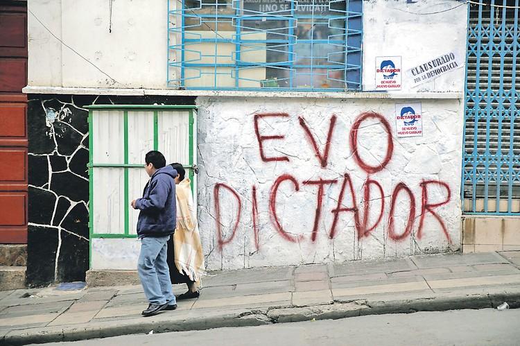 Стены домов в крупнейшем боливийском городе и фактической столице страны Ла-Пасе в последние недели были расписаны надписями «Эво - диктатор».