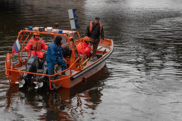 Останки Анастасии вот уже четвертые сутки ищут специальные бригады водолазов.