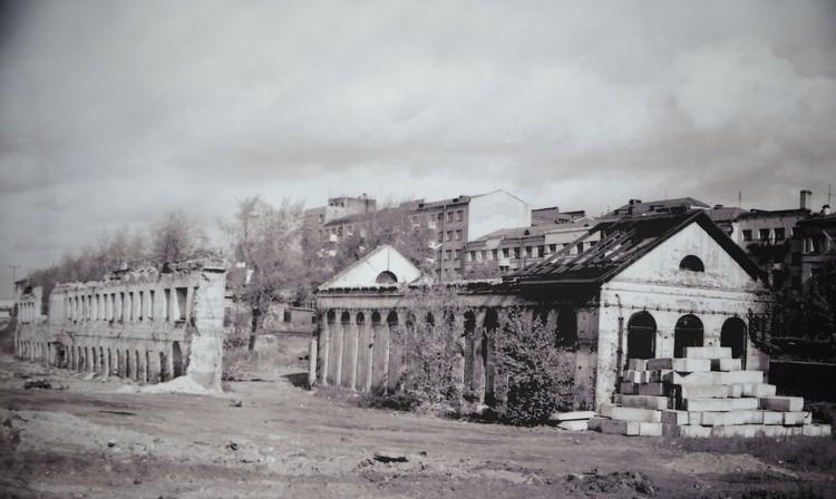 Руины завода, стоявшего рядом с башней на Плотинке, были настолько живописными, что их даже снимали в кино. Фото: Музей истории Екатеринбурга