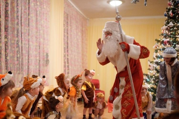 Вот-вот в Доме актера откроется Усадьба Деда Мороза - подготовка к этому радостному событию идет полным ходом