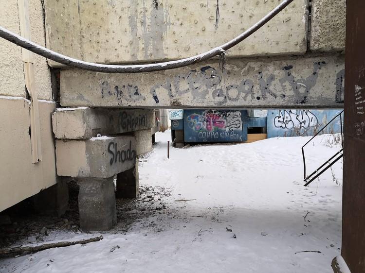 По граффити видно, что место облюбовала молодежь.