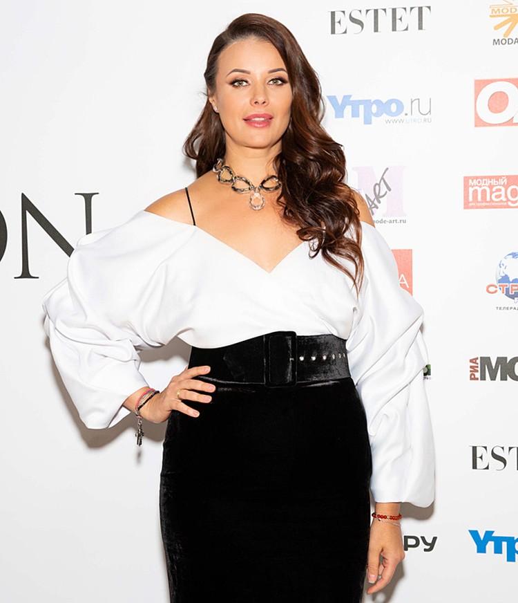 Оксана Федорова надела актуальную в этом сезоне юбку -карандаш и белую блузу с оголенными плечами