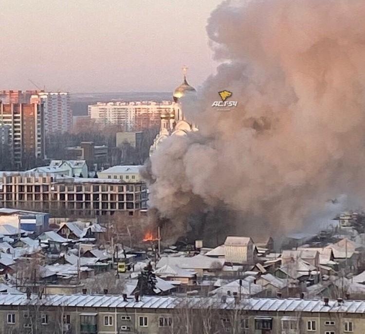 Дым было видно в других районах.