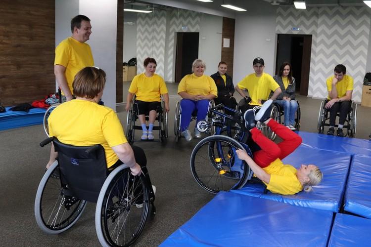 В спортивно-реабилитационном лагере людей с инвалидностью учат пользоваться коляской: управлять ей, безопасно падать, если наткнулся на препятствие Фото: Инватур