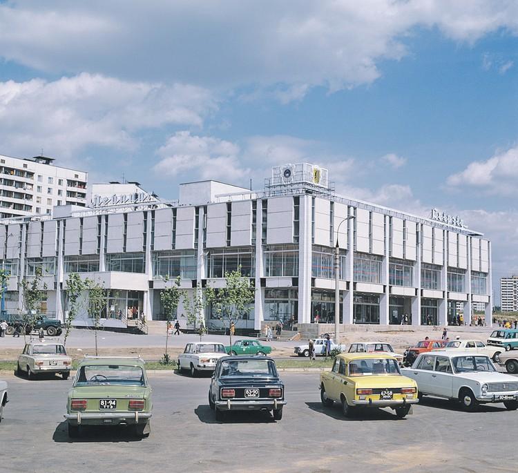 Было. «Лейпциг» сохранил название, но при этом получил пристройку и облицовку, стандартную для ТЦ 90-х (буквы ХЦ в вывеске означают «холдинг-центр»). Фото: Архив/ТАСС