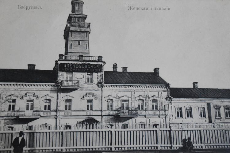 Здание гимназии теперь без башенки. А рядом с ним Аллея праведников мира. Фото: Архив Алексея Ненадовца