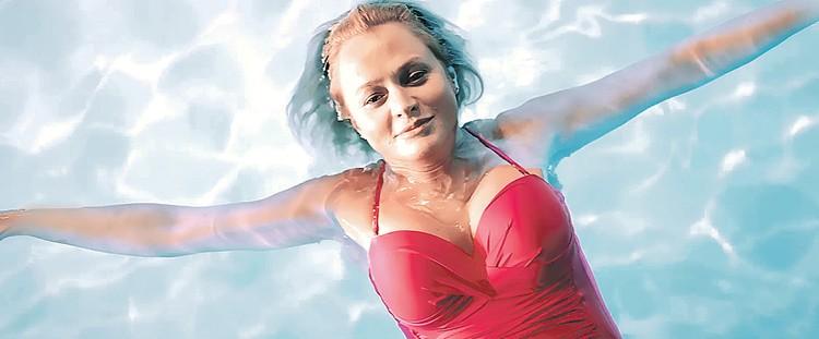 Глядя на улыбающуюся Михалкову, даже не верится, что водичка в бассейне всего +12 С! Фото: Кадр из фильма