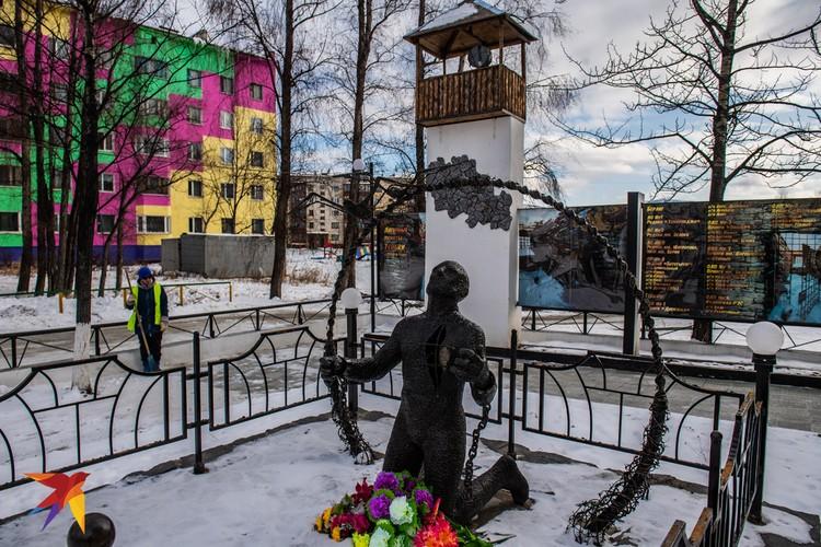 У администрации стоит памятник репрессированным: сторожевая лагерная вышка, человек стоящий на коленях, в разорванной груди дыра, а в ней, за решеткой - сердце.