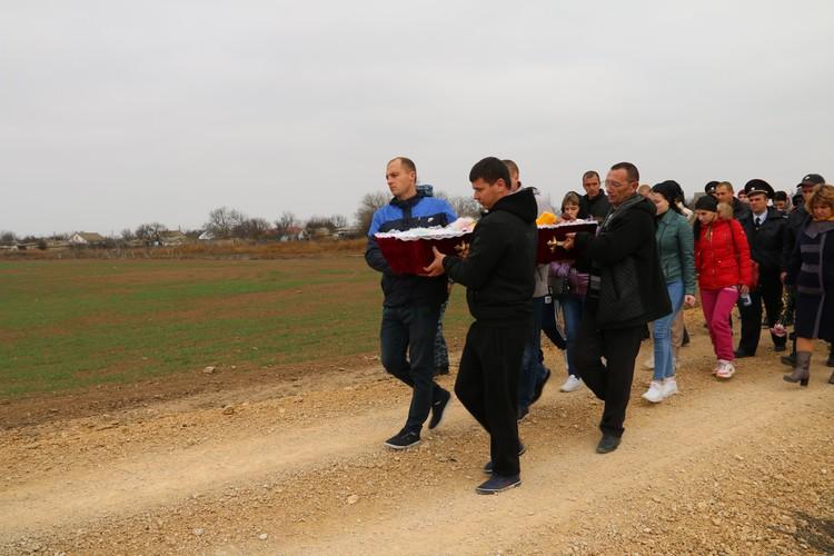 Сельчане взяли гроб с Дашей на руки.