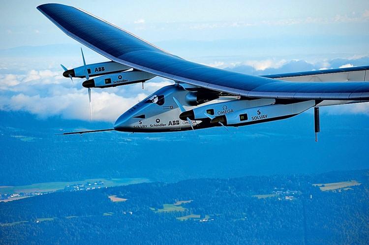 Официальная презентация пилотируемого самолета Solar Impulse 2, способного летать за счет энергии солнца, состоялась 9 марта 2014 года на аэродроме города Пайерн в Швейцарии. А спустя год он отправился в кругосветное путешествие