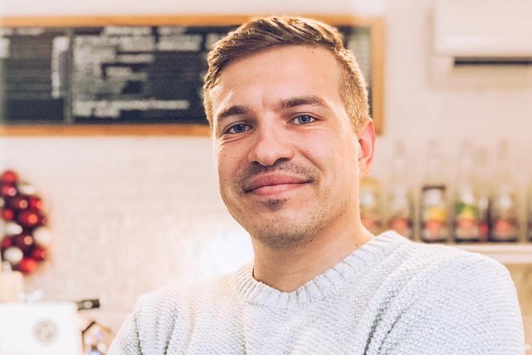 Одним из первых предпринимателей Крыма, кто воспользовался услугами господдержки, стал руководитель крымской сети кофеен Антон Абрамов. Фото из личного архива