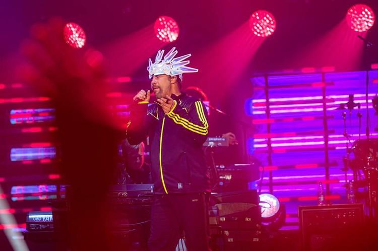 Открыла фестиваль британская фанк-группа Jamiroquai. Легендарный вокалист Джей Кей появился на сцене в своем фирменном головном уборе и зажег по полной. Фото: предоставлено организаторами