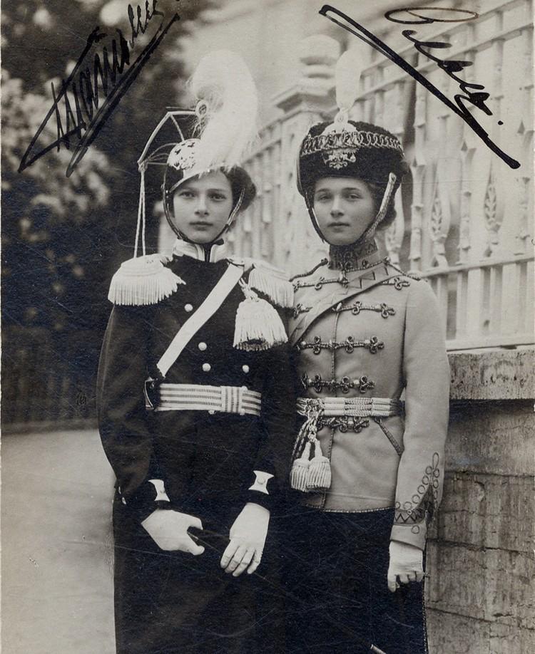 В работе колориста есть много особенностей, о которых нужно знать. На снимке великая княжна Татьяна (она слева, справа - Ольга) запечатлена в мундире с нагрудным лацканом черного цвета. На самом деле лацкан ярко-желтый. Фото: vk.com