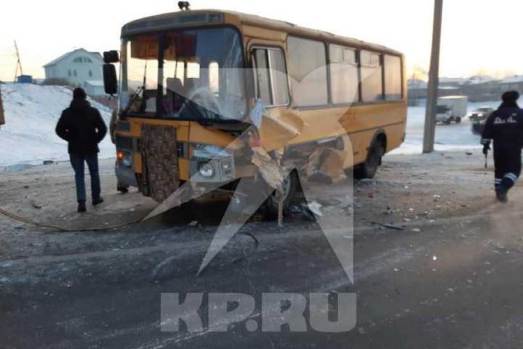 Школьный автобус с воспитанниками усольского кадетского корпуса попал в аварию в поселке Тельма. Фото: очевидцы