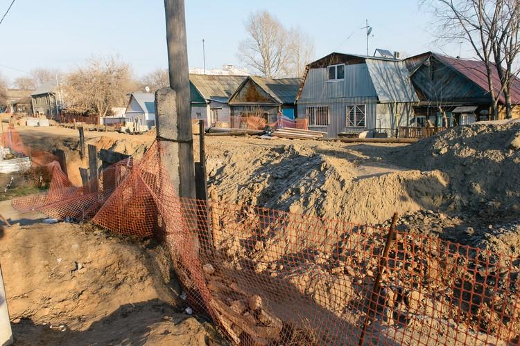 На Чапаевской жителям уже несколько недель приходится обходить огромную яму