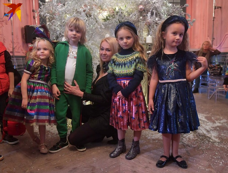 Яна Рудковская со звёздами рождественского дефиле