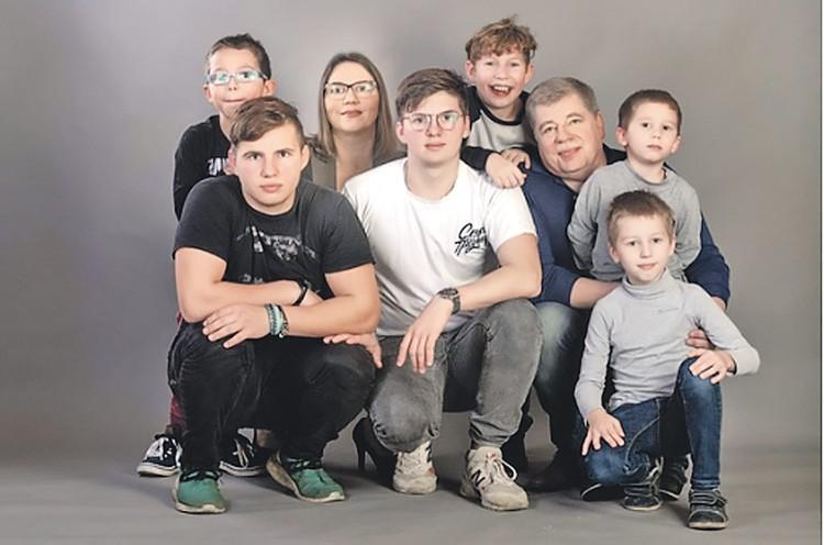 Алина Беларева со своими мужчинами - супругом и сыновьями - чувствует себя как за каменной стеной. Один сын на фотосессию не попал. Фото: Семейный архив