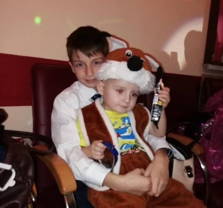 На снимке Никита со своим братом Ромой.