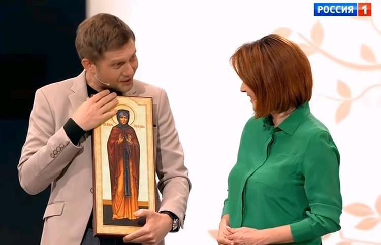 Борис Корчевников вручил Ирине икону святой Киры.